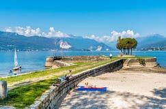 Turyści odwiedza Cerro wyrzucać na brzeg na brzeg Jeziorny Maggiore obrazy royalty free