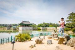 Turyści odwiedza Donggung pałac i Wolji staw na Jun 22, 2017 Obrazy Stock