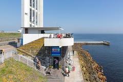 Turyści odwiedza lokację dokąd afsluitdijk zamyka Fotografia Royalty Free