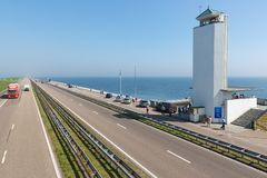 Turyści odwiedza lokację dokąd afsluitdijk zamyka Zdjęcia Stock