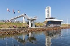 Turyści odwiedza lokację dokąd afsluitdijk zamyka Zdjęcia Royalty Free