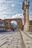 Turyści odwiedza miasto Pompeii obraz royalty free
