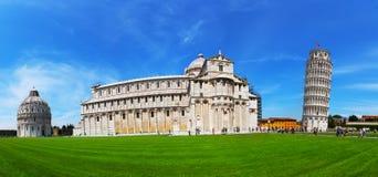 Turyści odwiedza Oparty wierza w Pisa na kwadracie cudy, Włochy Zdjęcie Royalty Free