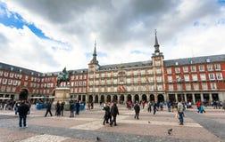 Turyści odwiedza placu Mayor w Madryt, Hiszpania Obraz Royalty Free