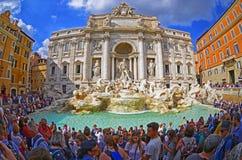 Turyści odwiedza sławną Trevi fontannę Zdjęcia Stock