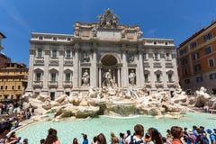 Turyści odwiedza Trevi fontannę Fontana Di Trevi w mieście Rzym, Włochy Fotografia Stock