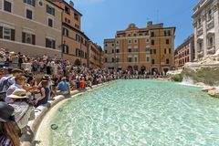 Turyści odwiedza Trevi fontannę Fontana Di Trevi w mieście Rzym, Włochy Obrazy Stock