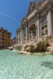 Turyści odwiedza Trevi fontannę Fontana Di Trevi w mieście Rzym, Włochy Obraz Royalty Free