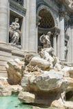 Turyści odwiedza Trevi fontannę Fontana Di Trevi w mieście Rzym, Włochy Fotografia Royalty Free