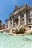 Turyści odwiedza Trevi fontannę Fontana Di Trevi w mieście Rzym, Włochy Zdjęcia Stock