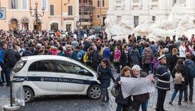 Turyści odwiedza Trevi fontannę, Rzym Zdjęcia Stock