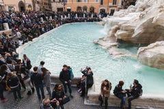Turyści odwiedza Trevi fontannę, Rzym, Włochy Zdjęcie Stock