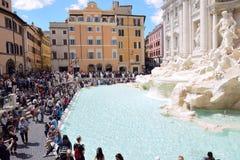 Turyści odwiedza Trevi fontannę w Rzym Obraz Royalty Free