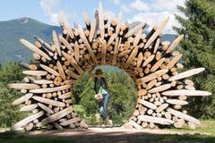 Turyści odwiedzają Arte Sella parka, Dolomiti, Włochy fotografia royalty free