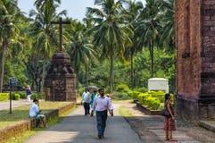 Turyści odwiedzają bazylika Bom Jezus, Stary Goa, India obraz royalty free