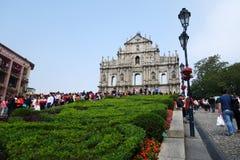 Turyści odwiedzają Historycznego Centre rujnujący kościół St Paul M Zdjęcie Stock