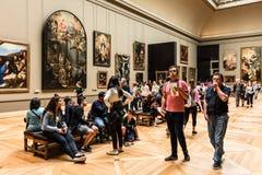 Turyści odwiedzają louvre Muzeum Musee Du Louvre Paryż, frank Zdjęcie Stock