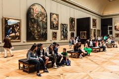 Turyści odwiedzają louvre Muzeum Musee Du Louvre Paryż, frank Obrazy Stock
