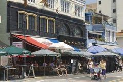 Turyści odwiedzają restauracje przy porą lunchu w Stanley miasteczku w Hong Kong, Chiny Obraz Royalty Free