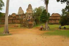 Turyści odwiedzają ruiny Wschodnia Mebon świątynia w Siem Przeprowadzają żniwa, Kambodża Fotografia Royalty Free