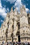 Turyści odwiedzają sławną Mediolańską katedrę Zdjęcie Stock