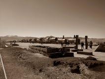 Turyści odwiedzają taborowego cmentarz w Uyuni, Boliwia obraz stock