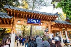 Turyści odwiedzają tradycyjne Koreańskie chałupy na Nami wyspie Obrazy Royalty Free