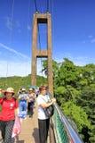 Turyści odwiedzają zawieszenie most na huangling górze, adobe rgb zdjęcia stock