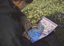 Turyści ogląda mapę Landmannalaugar dolina Obrazy Royalty Free