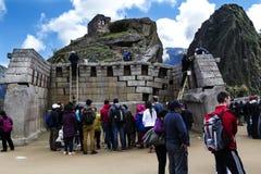 Turyści Ogląda przywrócenie pracę Przy Mach Picchu Peru obrazy royalty free