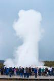 Turyści ogląda Starego Wiernego gejzer wybuchać w Yellowstone Obraz Stock