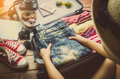 Turyści pakują bagaż dla podróży zdjęcia stock
