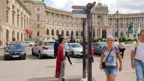 Turyści patrzeją miasto mapę z widokami na Heldenplatz bohaterów kwadracie zdjęcie wideo
