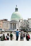 Turyści patrzeją na Santa Maria della Salutu Bazylice zdjęcie stock