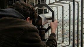 Turyści patrzeje Kolońskiego pejzaż miejskiego przez monety działali obuocznego teleskop zbiory
