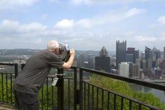 Turyści patrzeje linię horyzontu zdjęcie stock