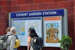 Turyści patrzeje mapę Covent ogródu teren przy stacją metru Zdjęcia Stock
