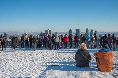 Turyści patrzeje Montreal linię horyzontu zdjęcia stock