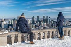 Turyści patrzeje Montreal linia horyzontu od Kondiaronk belwederu w zimie obrazy royalty free