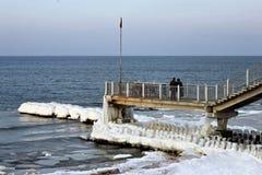 Turyści patrzeje morze bałtyckie w popularnym rosyjskim kurorcie Svetlogorsk Rauschen na długim jetty obrazy royalty free