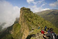 Turyści patrzeje widok wewnątrz simien parka narodowego, Ethiopia Zdjęcie Royalty Free