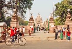Turyści, pielgrzymi i cykliści iść za sławną starą Buddyjską świątynią, Obrazy Royalty Free