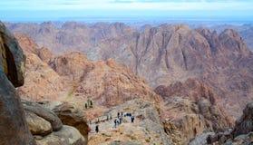 Turyści pochodzą z wierzchu góry Mojżesz, góra synaj, Egipt Zdjęcie Stock