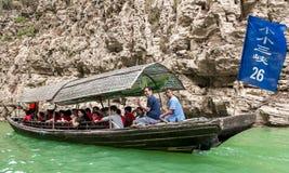 Turyści podróżuje łodzią Zdjęcia Royalty Free