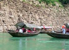 Turyści podróżuje czółnem na jangcy Zdjęcie Stock