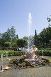 Turyści podziwiają Szklarnianą fontannę z rzeźbą Triton, Obraz Stock