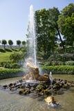Turyści podziwiają Szklarnianą fontannę z rzeźbą Triton, Obrazy Stock