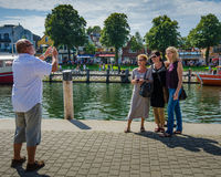Turyści pozują dla fotografii w historycznym kurorcie nadmorskim Warnemunde, Niemcy Obraz Stock