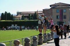 Turyści pozuje z Oparty wierza, Pisa, Włochy Zdjęcia Stock