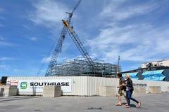 Turyści przechodzą placem budowy nowy budynek w Christchurch Zdjęcie Royalty Free